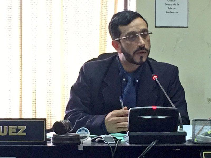 Analistas opinan que  el juez Cruz Rivera tiene «nexos evidentes» con el Ejecutivo
