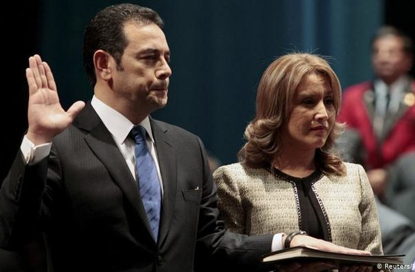 Jimmy Morales se divorcia de la coalición de corruptos que lo llevó al poder, pero se unió a otra más corrupta