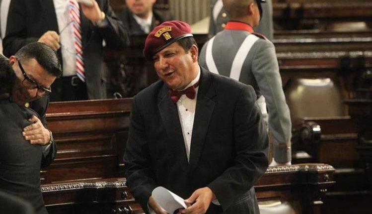 Candidato del FCN deja «plantados» a medios de comunicación para evitar preguntas «incomodas»
