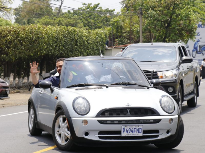 Mini Cooper a nombre de hijo de Jimmy Morales tiene multas por Q900