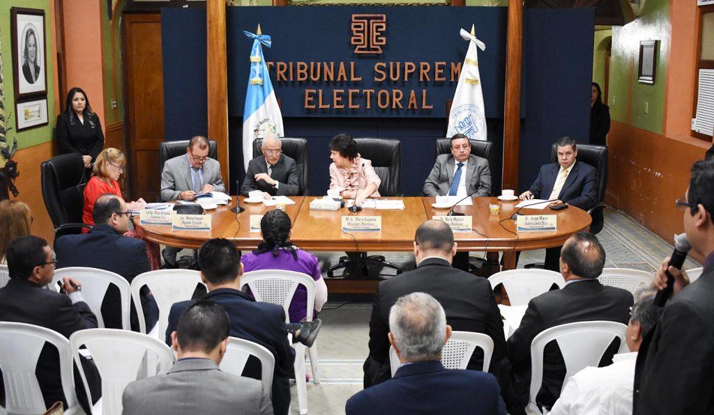 Analistas piden al TSE acatar resoluciones de la CC