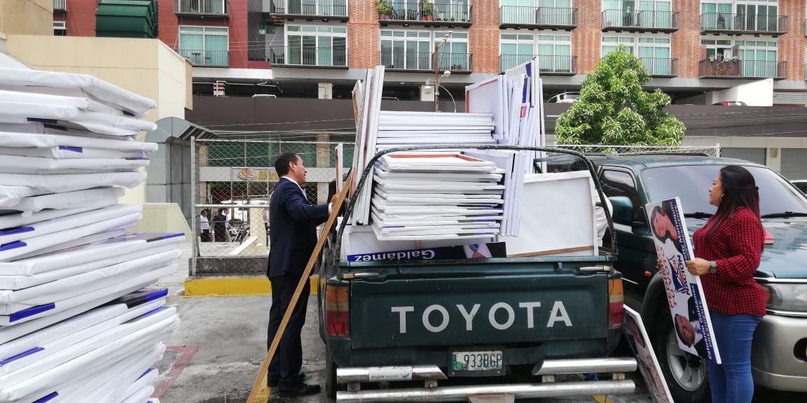 Empleados del Congreso trasladan propaganda de Estuardo Gáldamez, candidato del FCN
